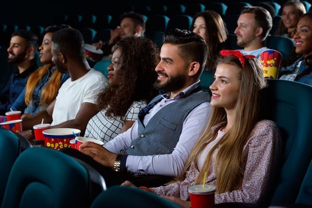 Groep multiculturele vrienden in de bioscoop