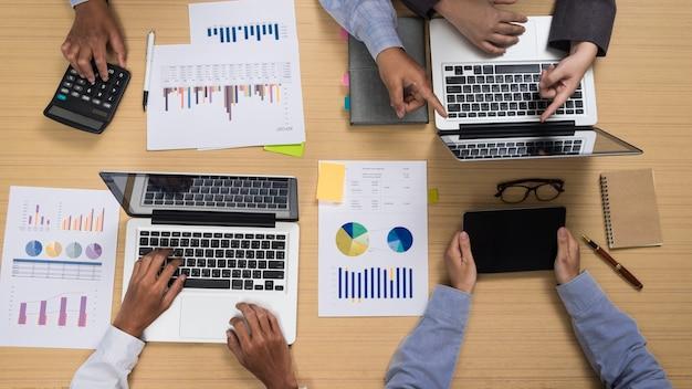 Groep multietnische bezet mensen werken in een kantoor