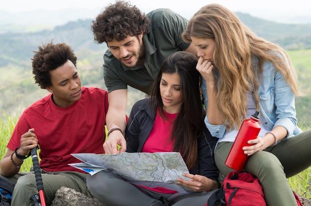 Groep multiraciale mensen bezorgd op zoek naar de kaart