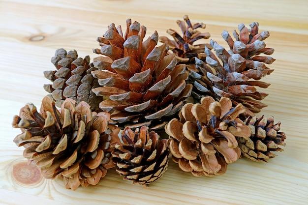 Groep natuurlijke droge denneappels op houten
