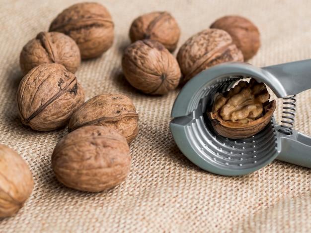 Groep noten met notekraker