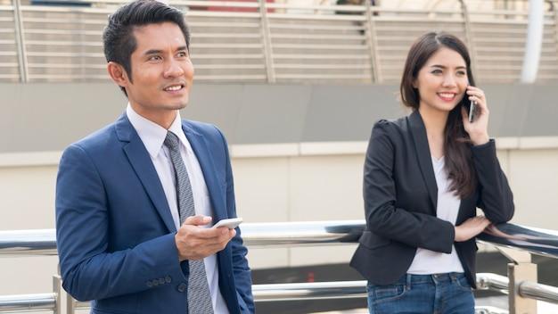 Groep ondernemersmensen maakt gebruik van mobiele telefoon