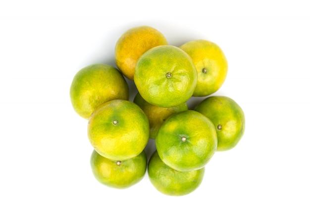 Groep onrijp oranje fruit