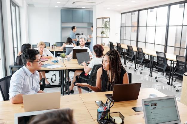 Groep ontwerpers die op kantoor werken
