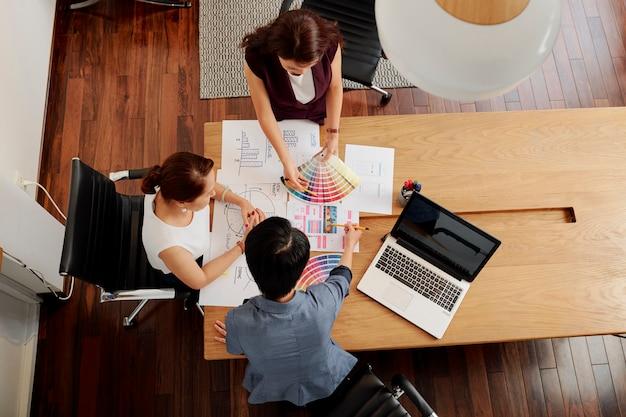 Groep ontwerpers werken in team