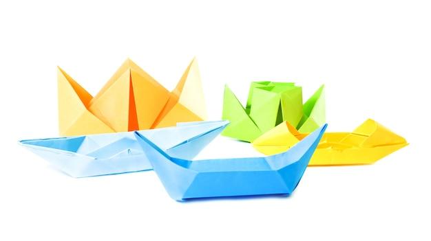 Groep origami figuur van boten (geïsoleerd op wit) Premium Foto