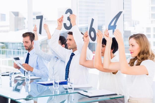 Groep paneelrechters die scoretekens houden