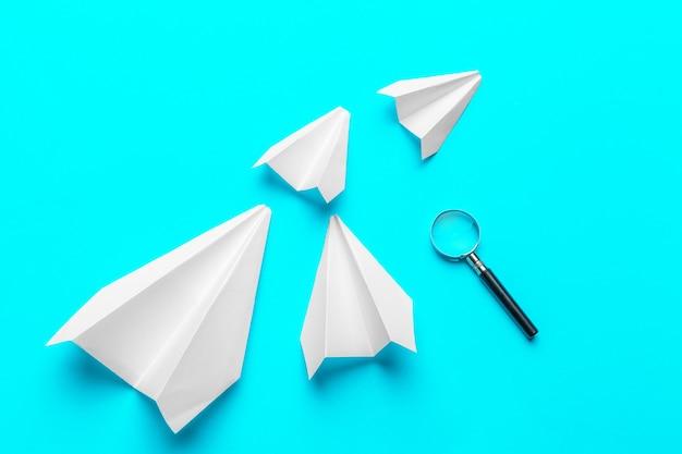 Groep papieren vliegtuigen
