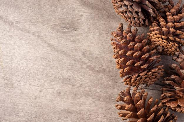Groep pinecones over houten tafel met ruimte