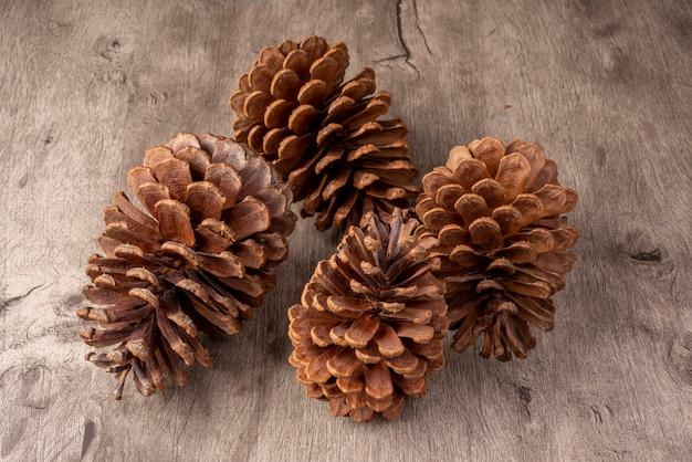 Groep pinecones over houten tafel
