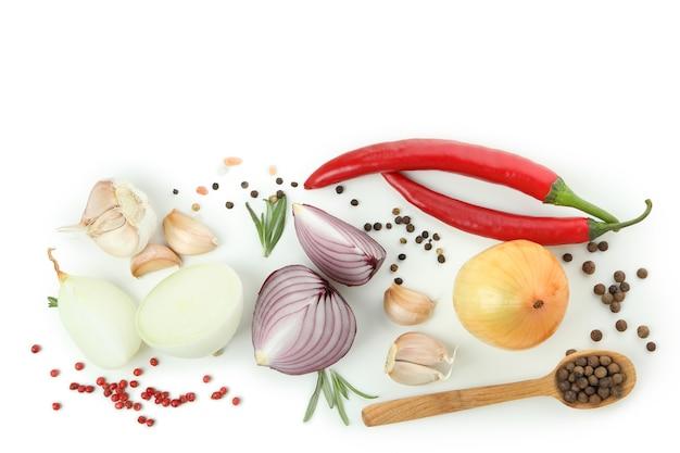Groep pittige groenten geïsoleerd op een witte achtergrond