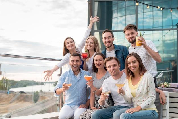 Groep poseren op een feestje op het terras