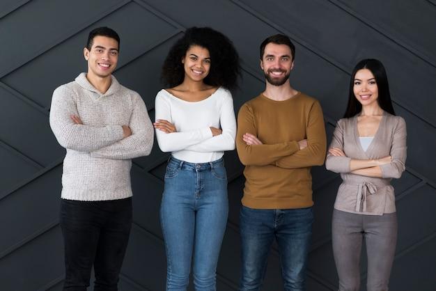 Groep positieve jongeren die samen stellen