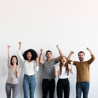 Groep positieve mensen die samen toejuichen