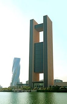 Groep prachtige gebouwen, enkele van de opmerkelijke bezienswaardigheden in bahrain bay, manama, bahrein