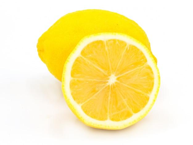 Groep rijpe gehele gele citroencitrusvruchten met half geïsoleerde citroenfruit