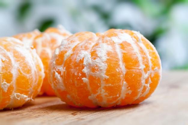 Groep rijpe mandarijnen zonder schil