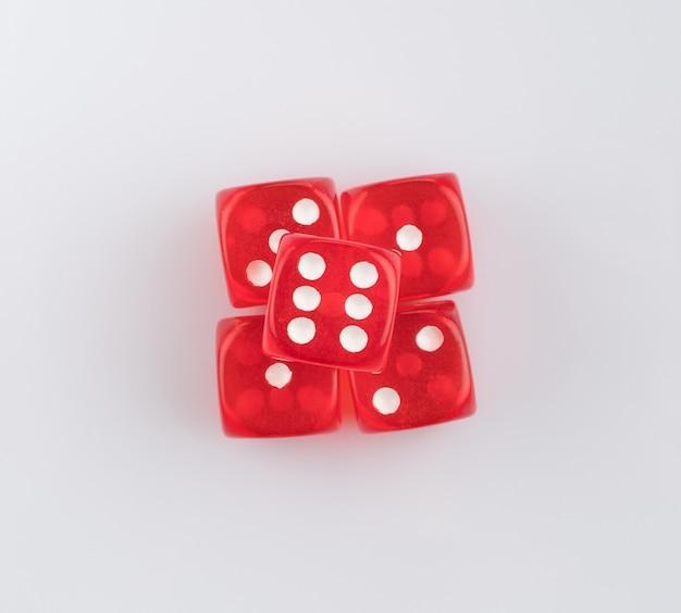 Groep rode spelen dobbelstenen op een witte achtergrond, geïsoleerd. bovenaanzicht