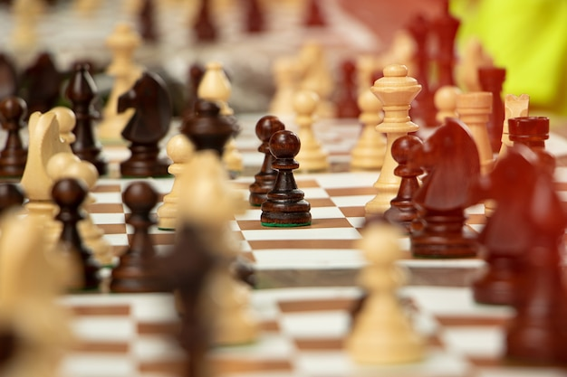 Groep schaakstukken op het draagbare bord spelen in het parkconcept