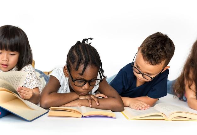 Groep schooljonge geitjes die voor onderwijs lezen