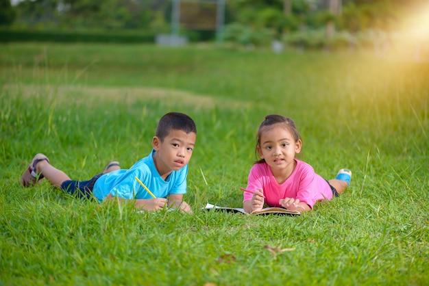 Groep schoolkinderen die in openlucht gelukkig kijken kleuren