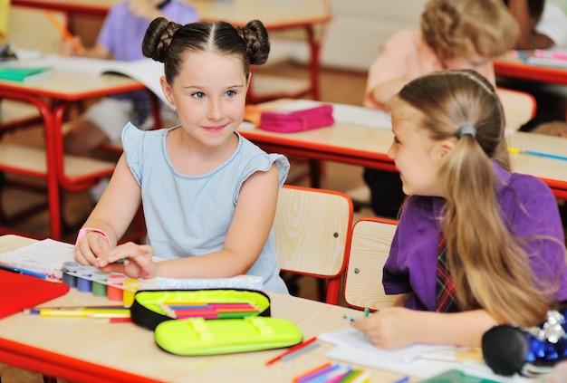 Groep schoolkinderen glimlachen