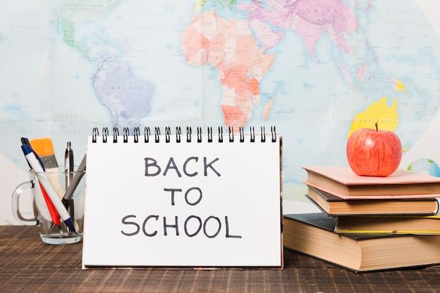 Groep schoollevering met de achtergrond van de wereldkaart