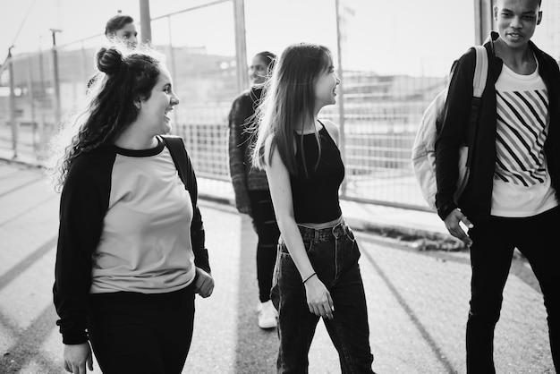 Groep schoolvrienden buitenshuis levensstijl
