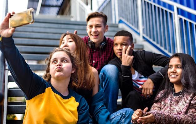Groep schoolvrienden die pret hebben en een selfie nemen