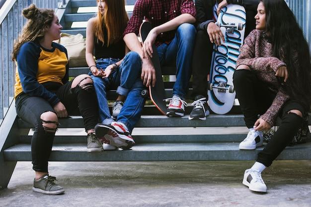 Groep schoolvrienden in openlucht levensstijl en concept van de straat het stedelijke stijl