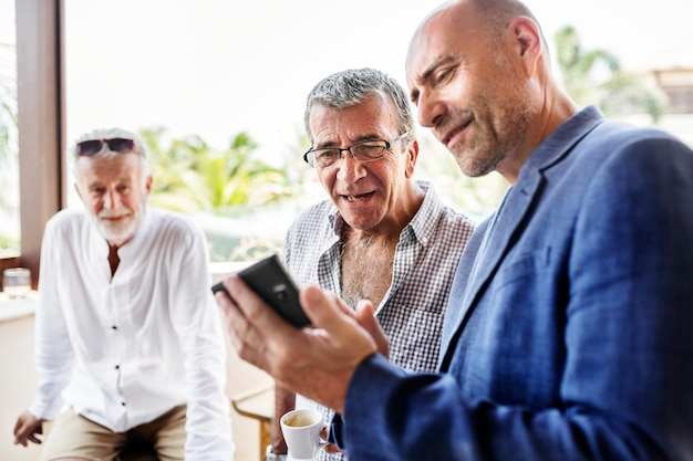 Groep senior mannen praten