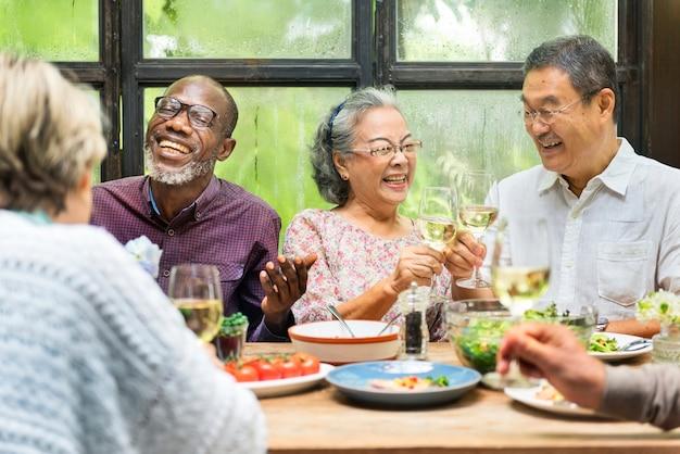 Groep senior retirement meet up happiness concept