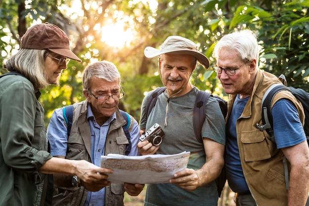 Groep senior trekkers die een kaart controleren voor richting