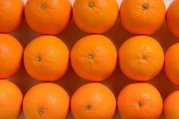 Groep sinaasappelen in een rij geïsoleerd op een witte achtergrond, ruimte voor tekst of ontwerp.