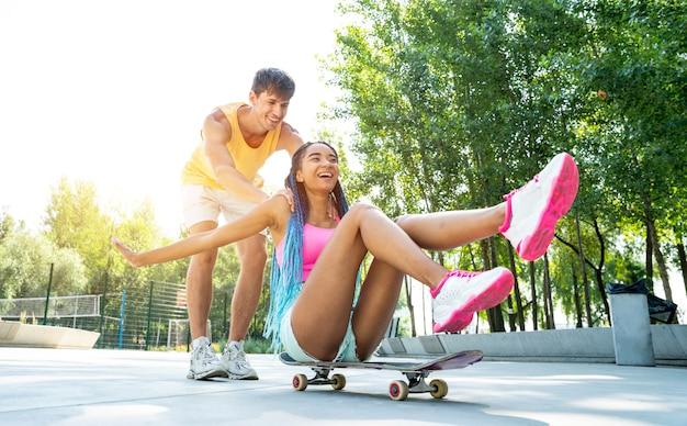 Groep skaters tieners in het skatepark. professionele skateboarders die samen plezier hebben