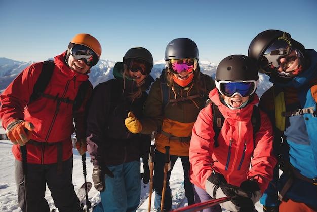 Groep skiërs die pret in skitoevlucht hebben
