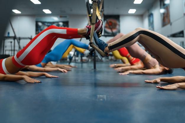 Groep slanke vrouwen die oefening in gymnastiek doen