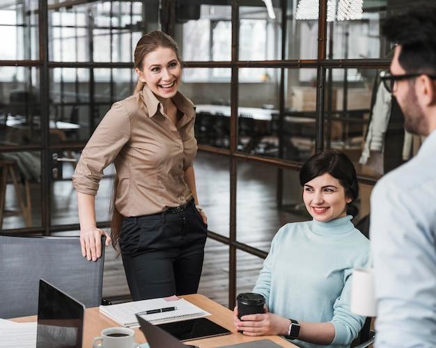 Groep smileyondernemers tijdens een vergadering binnenshuis