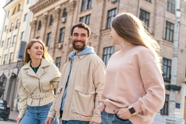 Groep smileyvrienden buiten in de stad die pret hebben