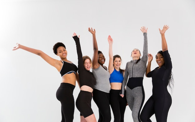 Groep smileyvrouwen bij gymnastiek
