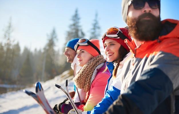 Groep snowboarders die het uitzicht bewonderen