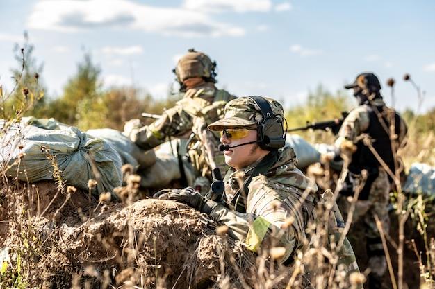 Groep soldaten op de outdoor op legeroefeningen. oorlog, leger, technologie en mensenconcept