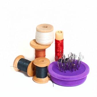 Groep spoelen met draad en naaldbed