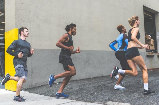 Groep stedelijke lopers die op straat in de stad van new york lopen, conceptuele reeksen over sport en fitness