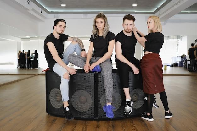 Groep stijlvolle jonge mensen poseren in zwarte t-shirts