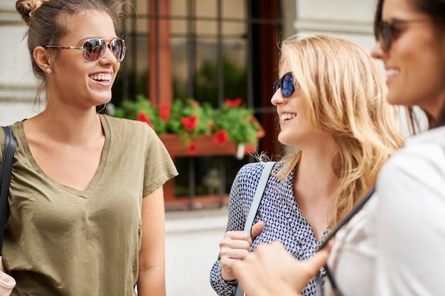 Groep stijlvolle vrouwen die in de stad genieten