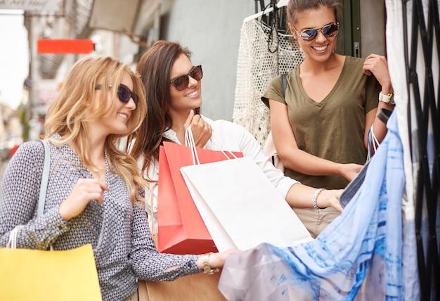 Groep stijlvolle vrouwen gaan winkelen