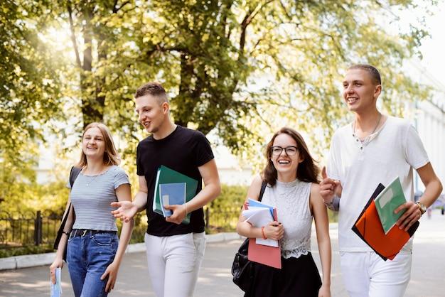 Groep student buiten in het park na de lessen