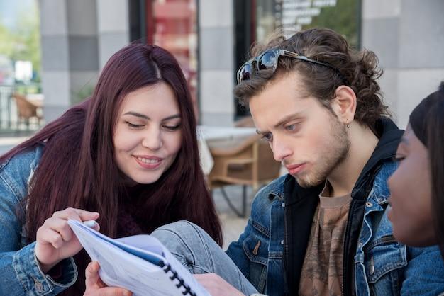 Groep student die op de bank bestudeert
