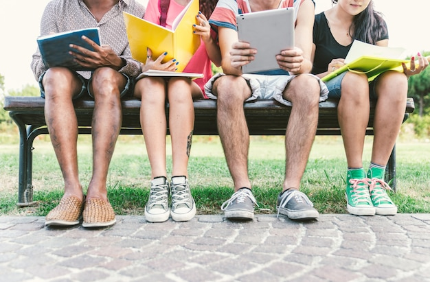 Groep studenten buiten studeren.